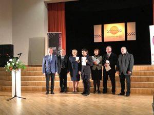 Mokytoja Genovaitė Bartaševičienė apdovanojimų ceremonijos metu, kartu su kitais komisijos nariais